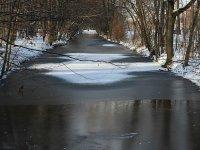 Kanal zum See neuer Teich an der Stübelallee. Großer Garten in Dresden im Winter
