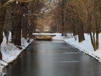Kanal zwischen Carolasee und Neuer Teich im großen Garten in Dresden im Winter