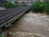 Hochwasser Vereinigte Weißeritz am WKW Bienertmühlenwehr Nähe Eiswurmlager in Dresden am 02.06.2013. Blick auf die Eisenbahnbrücke dahinter.