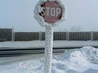 Stopschild am Grenzübergang Zinnwald im Januar 2013