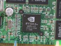 Grafikchip Größe 19mm x 19mm aus Entfernung 50cm. Bild ist nicht vergrößert! Die Zahlen 85x 222 links neben dem Chip, kann man mit dem Auge nicht erkennen!